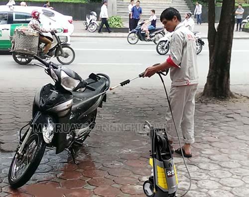 Sử dụng máy rửa xe gia đình không đúng cách cũng có thể làm xe máy mất điện