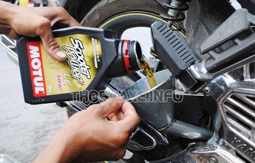 Thay dầu nhớt định kỳ cho xe sẽ giúp tránh xảy ra sự cố xe máy bị bó biên cũng như bảo vệ động cơ được bền lâu
