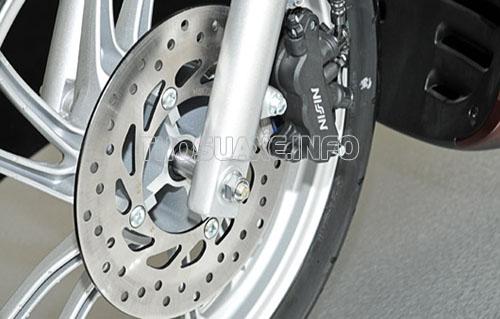 Xe máy bị bó phanh có thể là do đĩa phanh bị biến dạng gây nên