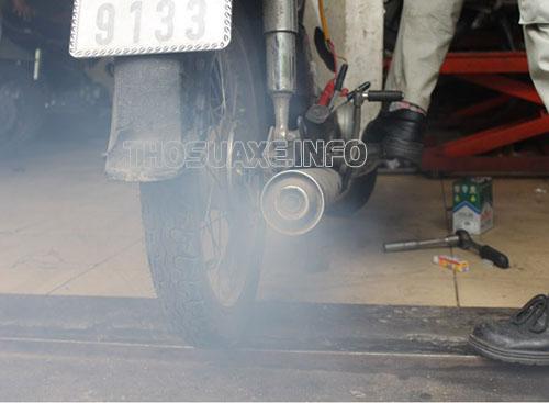 Xe máy bị ra khói trắng ảnh hưởng rất lớn đến xe. cong người và môi trường xung quanh
