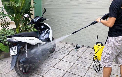 Điều chỉnh áp lực nước phù hợp để tránh làm tổn hại đến bề mặt xe