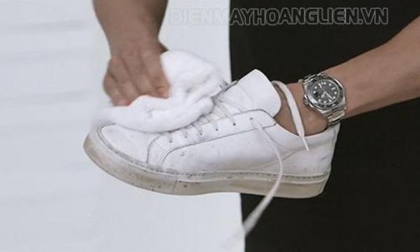 dung-khan-nho-am-ve-sinh-giay-adidas