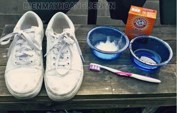 ve-sinh-giay-adidas-bang-soda-baking-va-giam