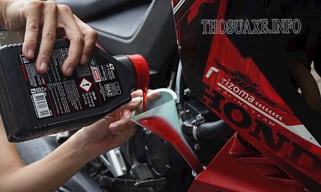 Xe máy đi bao nhiêu km thì thay dầu nhớt?