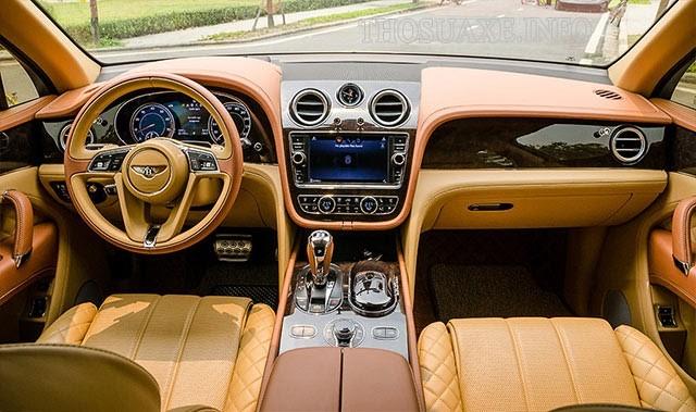 Nội thất được làm từ da và gỗ của Bentley