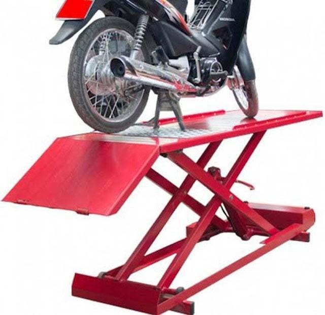 Bàn nâng xe máy dùng chân đạp chân