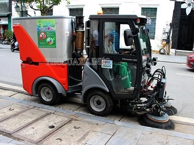 Khoang lái với những bộ phận cho phép người sử dụng điều khiển xe di chuyển một cách dễ dàng