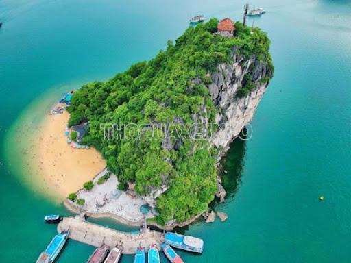 Nhìn từ trên xuống, đảo Ti - tốp có hình vầng trăng lưỡi liềm đầy thu hút