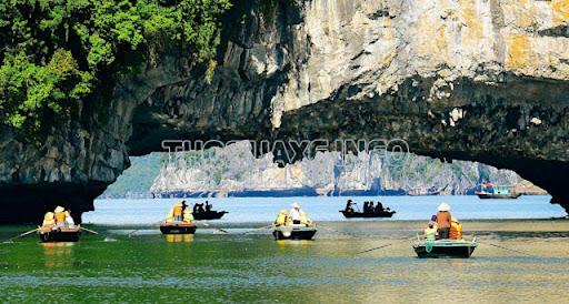 Hang Luồn mang đến trải nghiệm mới lạ, đặc biệt khi du khách chèo thuyền kayak qua đây