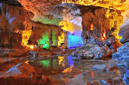 Du khách bị hút hồn trước vẻ đẹp tuyệt mỹ của hang Sửng Sốt